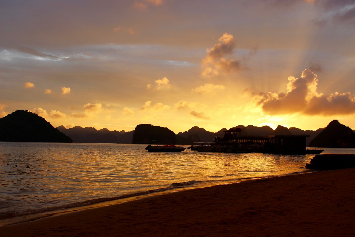 A beautiful sunset at Halong Bay in Vietnam - a must for when spending two weeks in vietnam