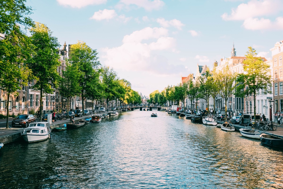 Canals in the city of amsterdam - walking along them is a great free activity when visiting Amsterdam on a budget