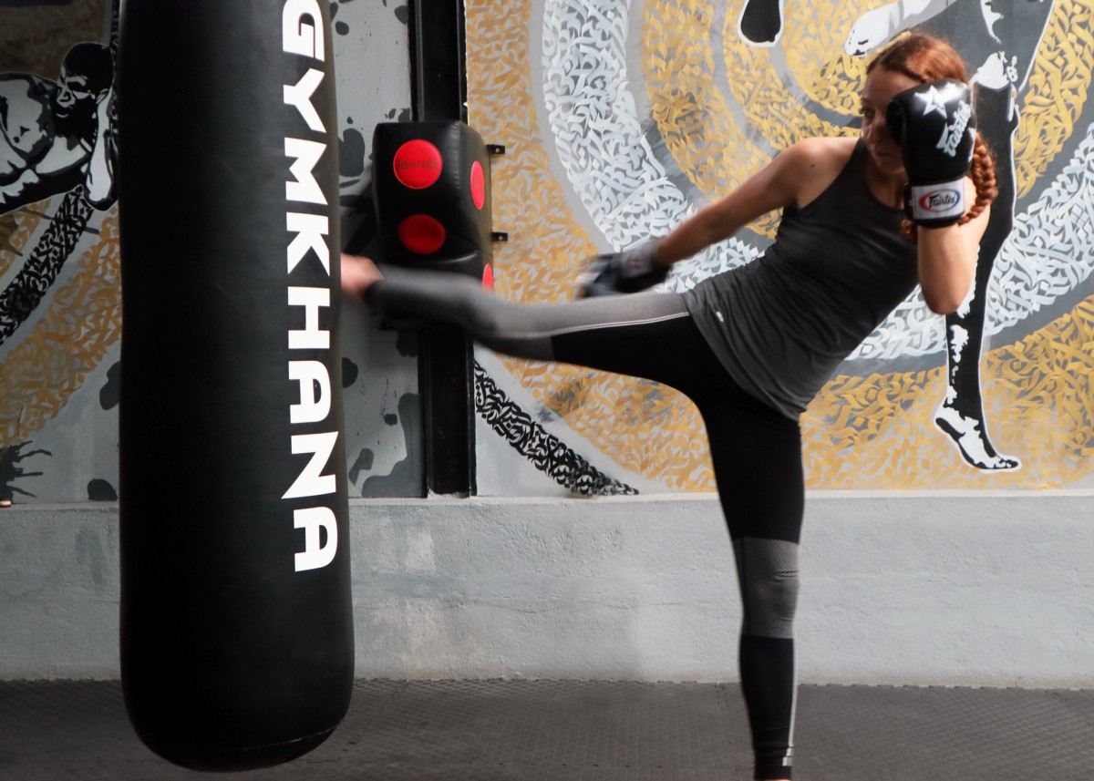 lady taking part in a muy thai boxing class in koh samui, thailand