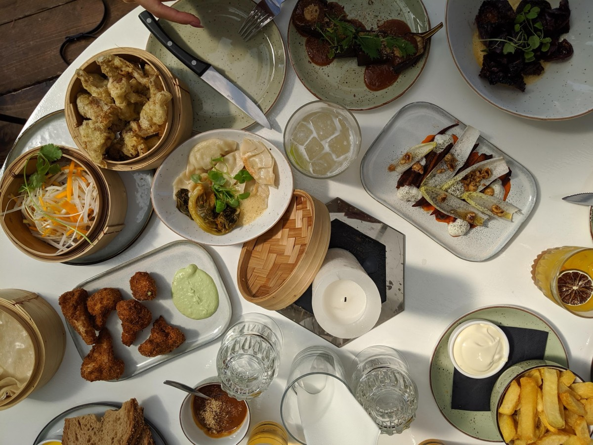 flatlay of the food in aloha bar, rotterdam, a great place for lunch or dinner in rotterdam